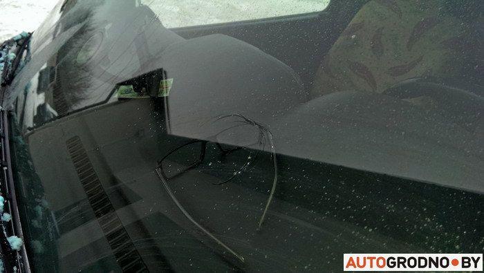 Попал песок на стекло автомобиля