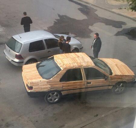 В Лиде сделали автомобиль из дров - Пежо 605 из дерева