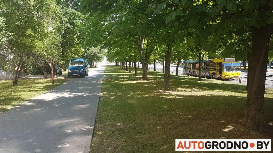Ездят по тротуару в химчистку Гродно