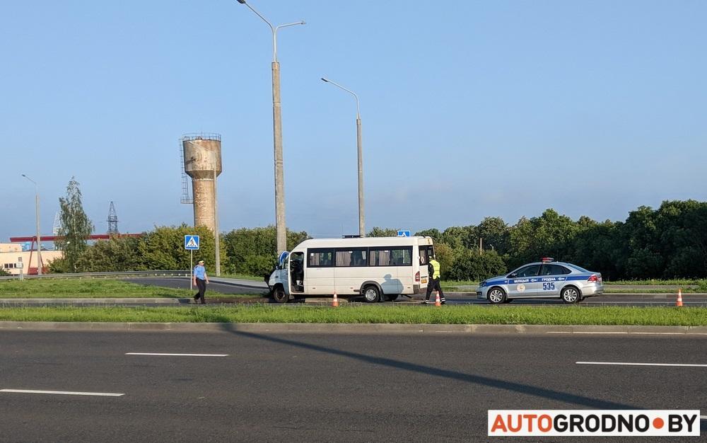 Авария с Маршруткой в Гродно - врезалась в столб на проспекте Лебедва