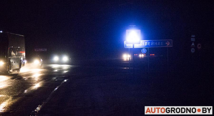 Яркий свет знака на выезде из Гродно