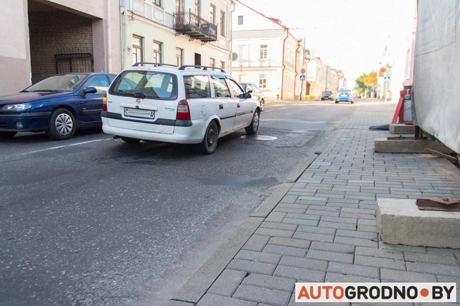 Гродненец разбил машину на яме по улице Большой Троицкой