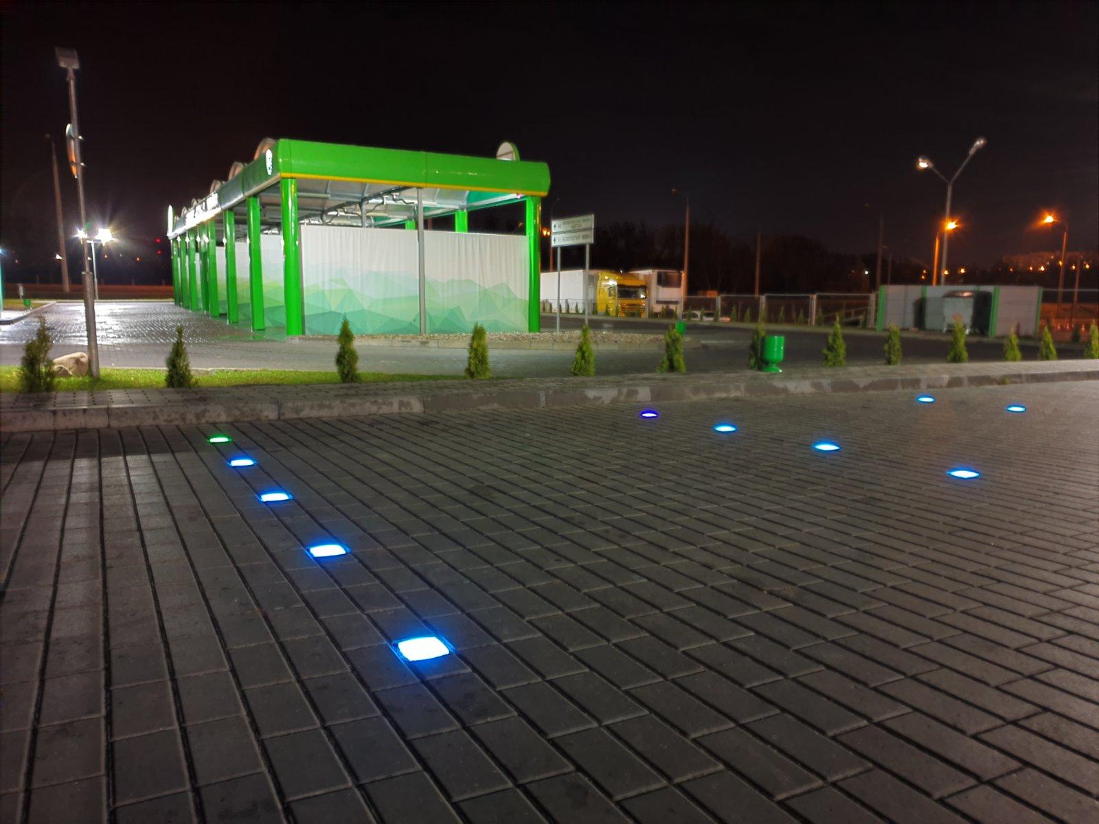 Впервые в Гродно заработала парковка со светящейся разметкой