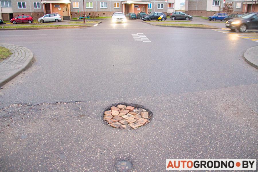 Водитель сам ремонтирует дорогу в Гродно