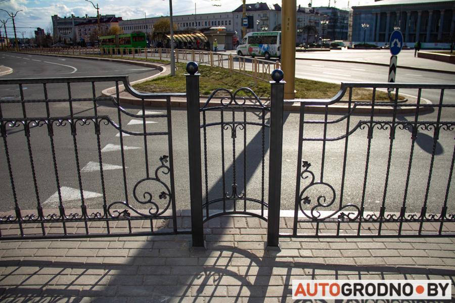 Забор и ограждение возле Фарного костела в Гродно для чего