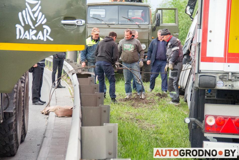 Как в Гродно 2 КАМАЗа вытянули фуру из кювета - 21 мая 2020