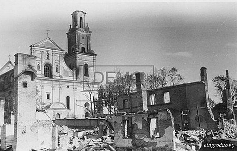 Бернардинский костёл на фоне руин. 1941 год