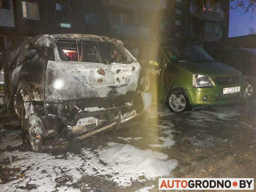 8 мая в Гродно сгорел Форд на улице Соломовой фото