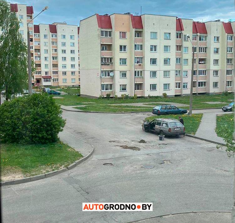 Сам отремонтировал яму во дворах на Девятовке - Лиможа в Гродно