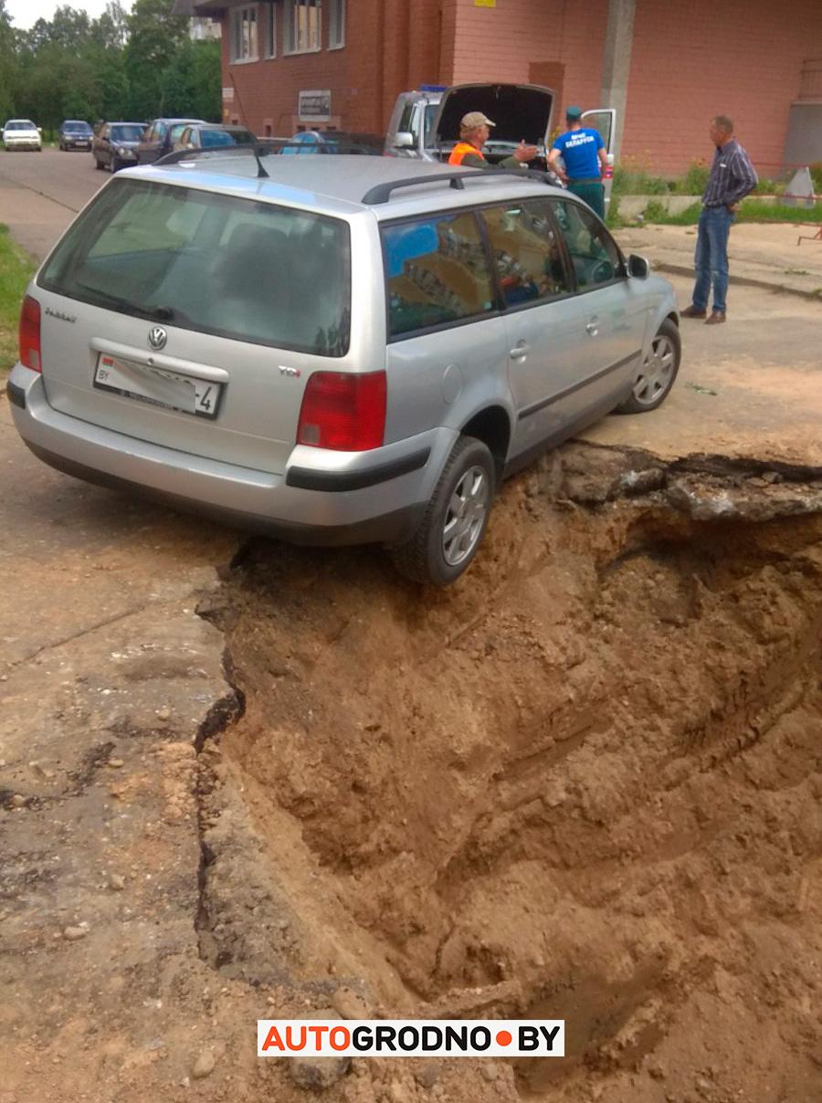 Автомобиль завис над ямой на проспекте Купалы