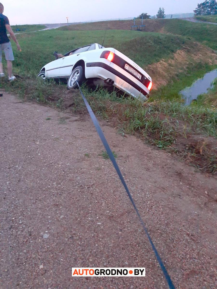 Под Гродно в последний момент проезжий водитель спас Audi от опрокидывания в канаву