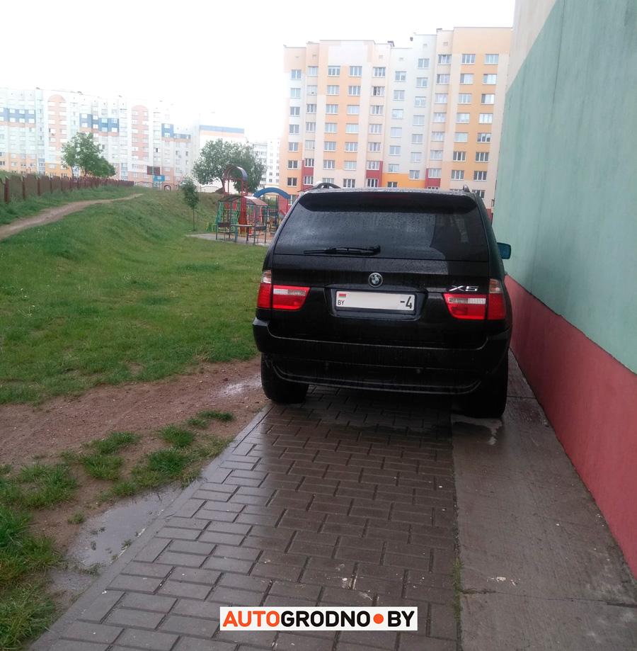 Житель Девятовки просит владельца BMW X5 не парковаться под многоэтажкой