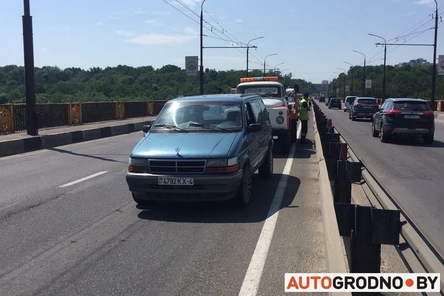На Румлевском мосту в Гродно с грузовика свалился груз и разбил 4 автомобиля