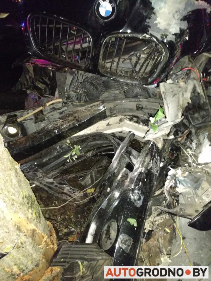 В Гродно БМВ X5 врезался в дерево на Декабристов 12 июля 2020