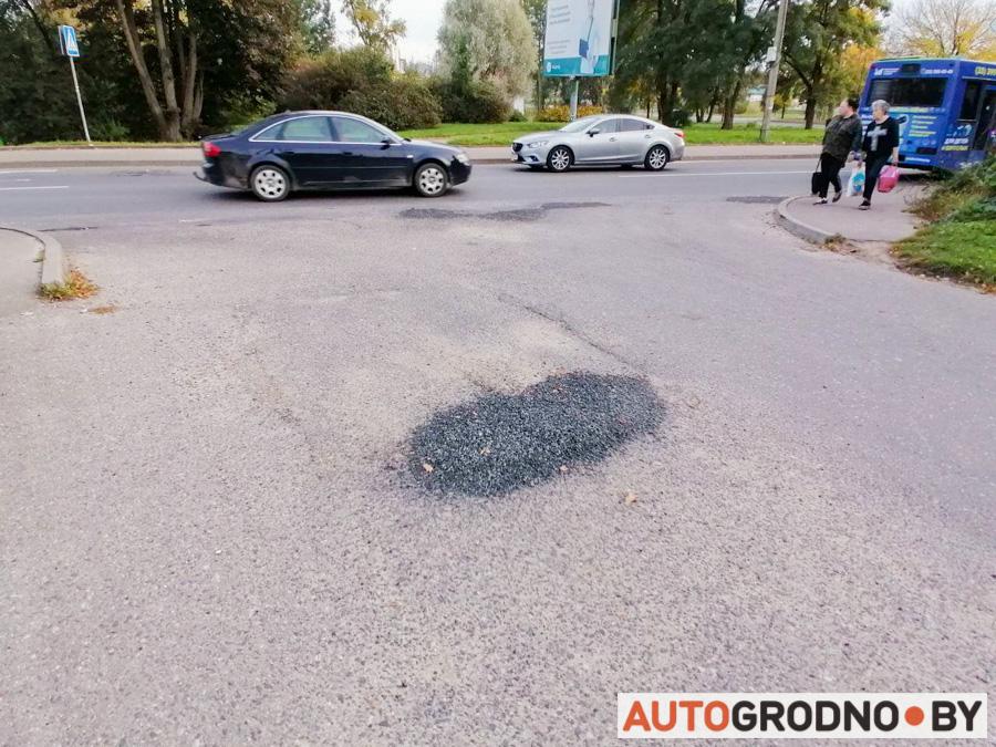В Гродно в яме нарисовали бело-красно-белый флаг. Дорожники отремонтировали всю улицу