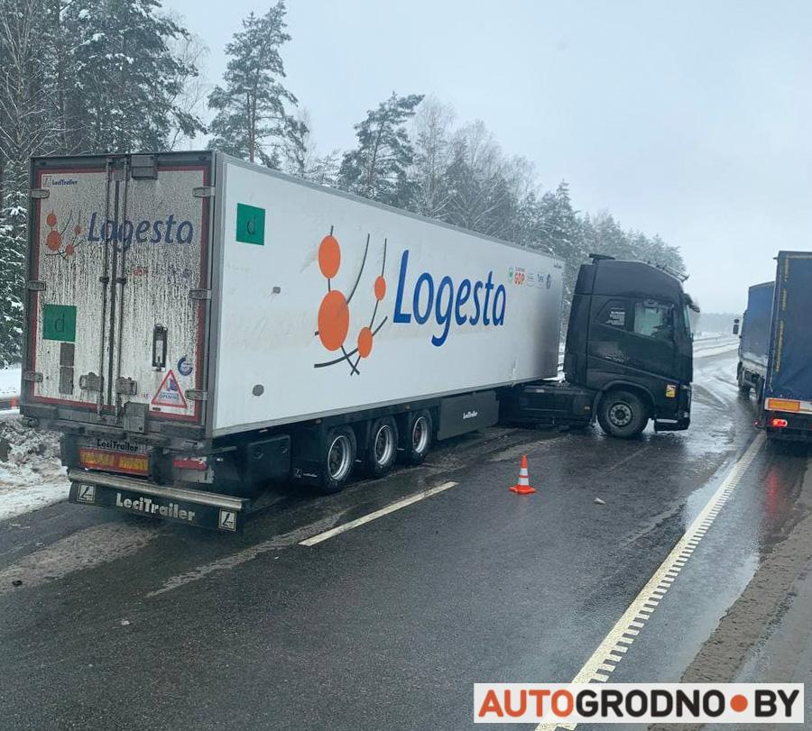 Отбойники на М6 уберегли фуру от выезда на встречную полосу трасса М6 Минск Гродно бетонные отбойники