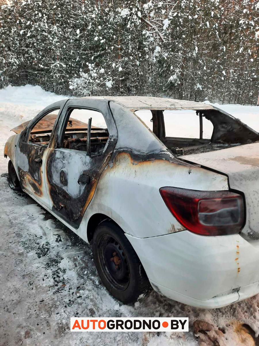 Возле Гожи читатель нашел полностью сгоревший Renault такси