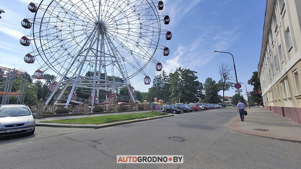 На улице 1 Мая в Гродно запретили парковку вдоль бордюра
