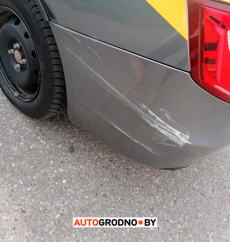 Очевидец сфотографировал, как водитель повредил чужой автомобиль в Гродно, но виновника все равно не удается привлечь. Почему?