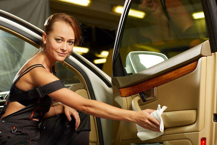 Раздевают в автомобиле порно