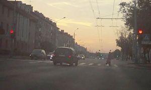 Невнимательным водителям часто приходится платить за проезд перекрестка у Обувной фабрики в Гродно. Видео нарушения.