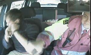 """""""Повторник"""" сначала пытался выпрыгнуть из патрульного автомобиля на ходу, а потом разбил себе лицо наручниками. UPD! Видео!"""
