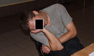 """""""Бесправник"""" отметил День рождения в ГАИ, где заснул прямо на стуле в вестибюле. Видео."""