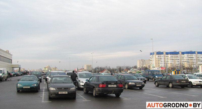Autogrodno.by изучил парковку у гипермаркета, чтобы выяснить, сколько авто все еще ездит на летних шинах