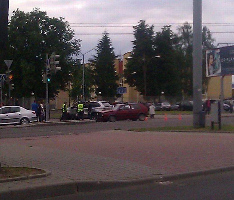 Видео: от удара легковой автомобиль едва не перевернулся на перекрестке у Ледового дворца спорта в Гродно.